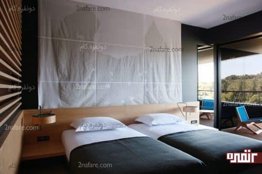 تخت های یک نفره در کنار همدیگر در اتاق خواب پسرانه ی دوتخته
