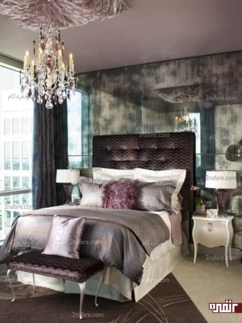تخت خواب با تاج بزرگ و بافت مخملی در اتاق خواب شیک و مدرن