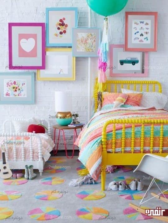 ترکیب رنگ های زیبا و شاد در کنار هم برای اتاق کودک با دیواری سفید و آجری