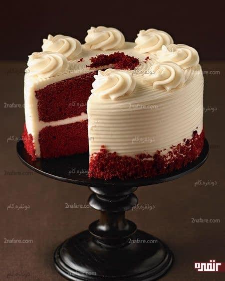 تزیین کیک تولد رد ولوت با خامه سفید و ترکیب رنگ جذاب