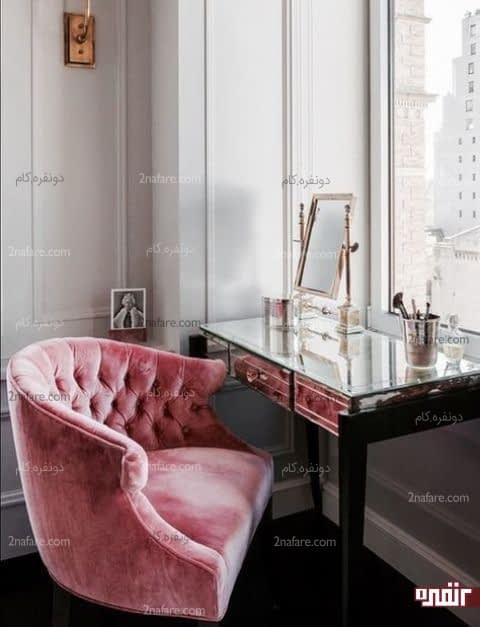 جذابیت صندلی مخمل در کنار میز و آینه مدرن و جذاب