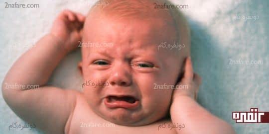 دست زدن نوزاد به گوش خود