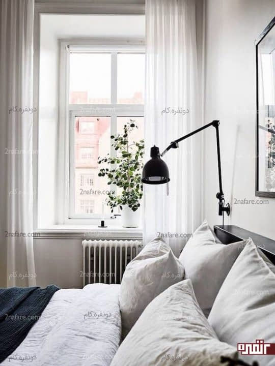 دکوراسیون سفید رنگ اتاق خواب و چراغ های دیواری مشکی