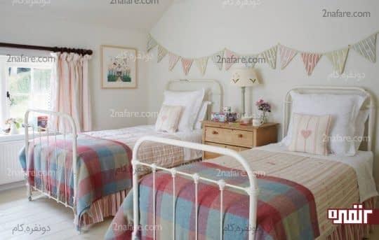 دکوراسیون متقارن در اتاق دو تخته با قفسه ای در وسط تخت ها