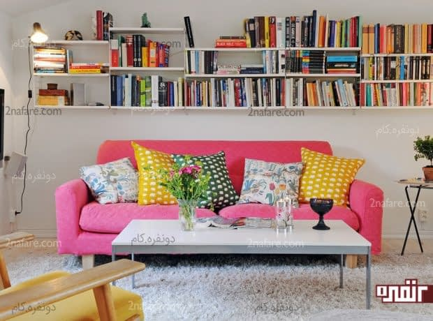 رنگ های شاد و سرزندگی در نشیمن با تزیین قفسه ی کتاب