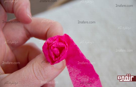 ساخت گل رز کاغذی با پیچیدن روبان کشی کاغذی