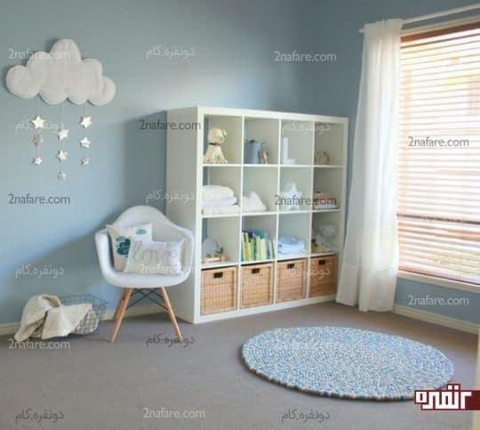 طراحی دکوراسیون اتاق کودک با قفسه های جادار و مرتب