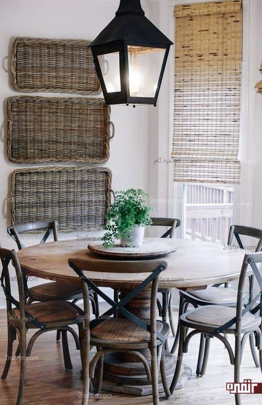 طراحی دکور سنتی با میز گرد و صندلی های چوبی