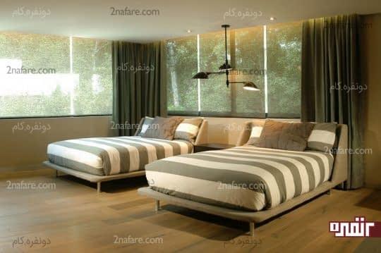 طراحی متقارن با قرار دادن تخت ها در کنار هم و پاتختی بین آنها