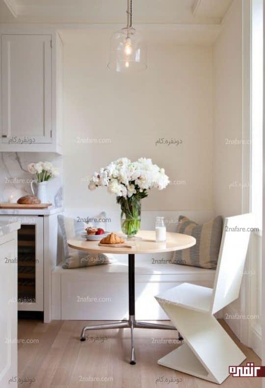فضایی کوچک با نیمکتی زیبا و صندلی خاص
