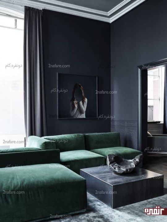 مبلمان زمردی در اتاقی مینیمال و به رنگ خاکستری تیره