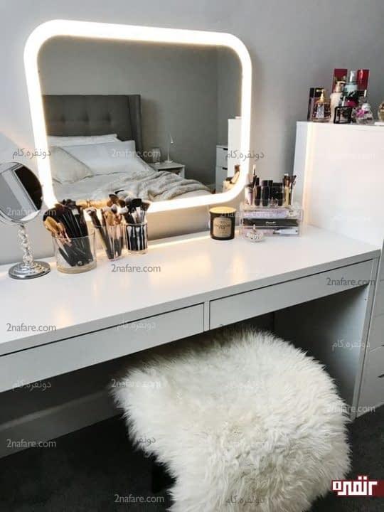 میز سفید به همراه آینه با قاب نوری