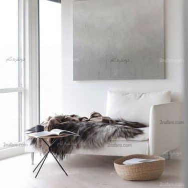 میز و صندلی ساده در اتاق نشیمنی بدون هر گونه تزئین