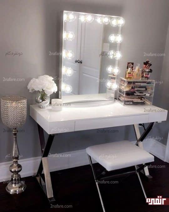 میز و صندلی سفید با تزیینات زیبا