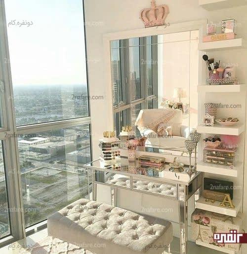 میز و نیمکت شیک آرایش در کنار شلف های دیواری و پنجره