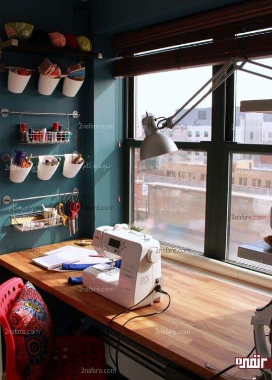 میز کار خیاطی پشت پنجره