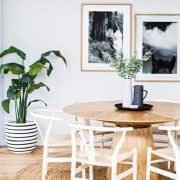 میز گرد مدرن و زیبا در کنار صندلی های سفید