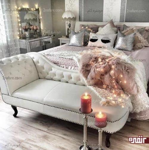 نیمکت چرم خامه ای، بالشتک های جذاب و رنگ های زیبا در اتاقی لوکس و مجلل