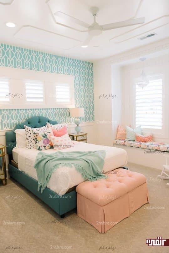 هماهنگی بین رنگ تخت و کاغذ دیواری در اتاق خواب
