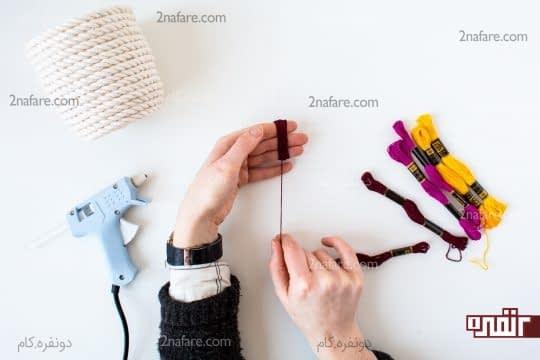 پیچیدن نخ های رنگی دور انگشتان دست