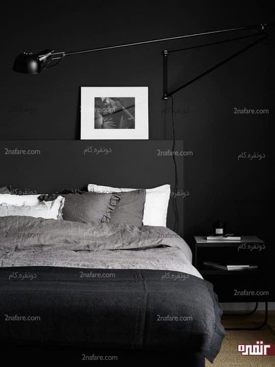 چراغ دیواری پایه دار مشکی در اتاق خواب با دکوراسیون تیره