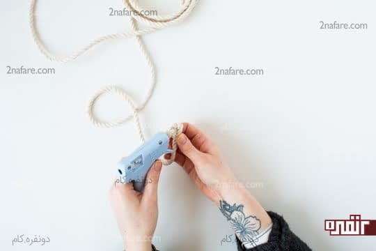 چسب زدن طناب برای جلوگیری از باز شدن پیچ اول