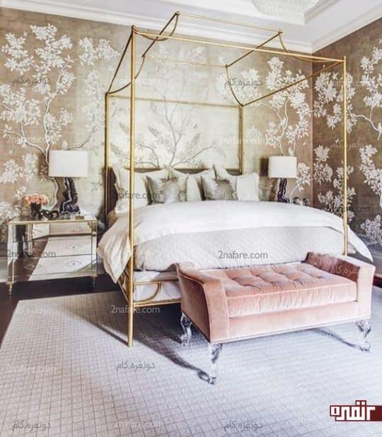 کاغذ دیواری طلایی، نیمکت از جنس مخمل و تختی زیبا در اتاق خوابی لوکس و شیک