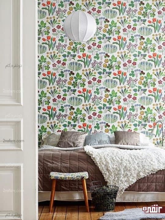 کاغذ دیواری پوشیده با گل های بهاری در اتاق خواب