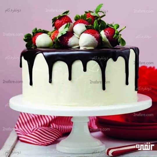 کیک تولد با تزیین توت فرنگی