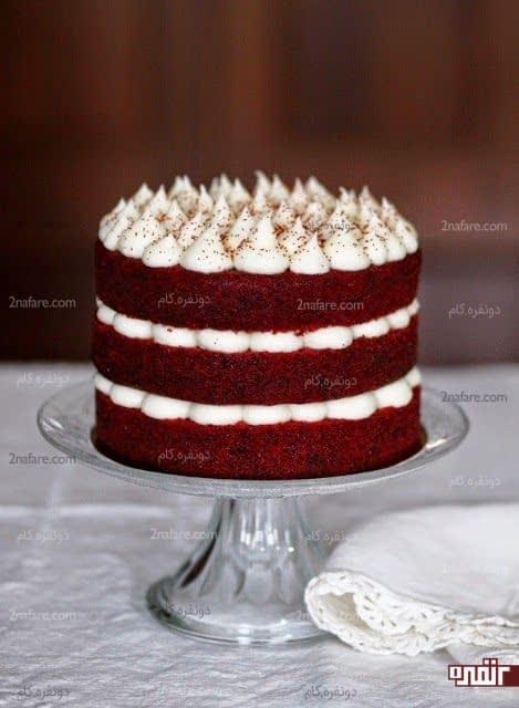 کیک تولد رد ولوت با تزیین خامه سفید