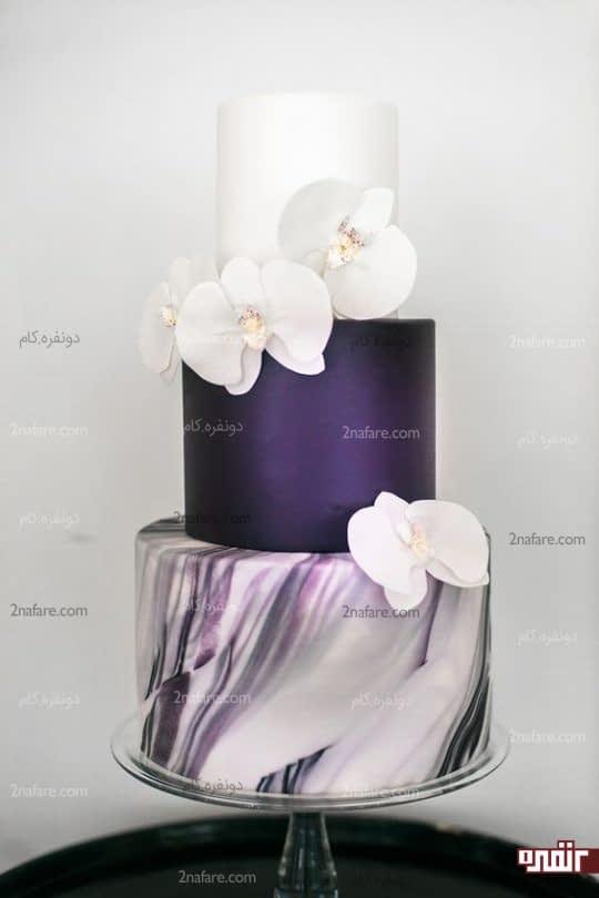 کیک عروسی با ترکیب رنگ بنفش وسفید و تزیین ارکیده های زیبا