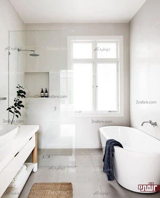 یک حمام مینیمالیستی تمیز با چوب طبیعی و کاشی های خاکستری