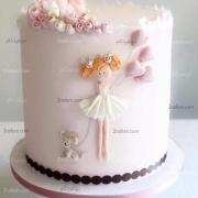 کیک تولد دخترونه شیک و زیبا با تزییات عروسکی