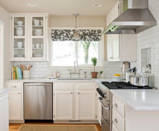 آشپزخانه ای دلباز و زیبا با رنگ سفید