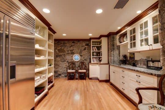 آشپزخانه شیک و مرتب با کابینتهای زیبا