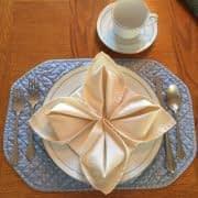 آموزش روش تا کردن دستمال سفره به شکل گل