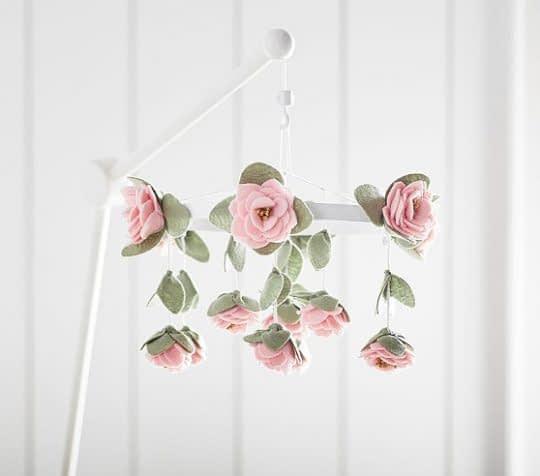 آویز اتاق کودک با تزیین گل های رز نمدی