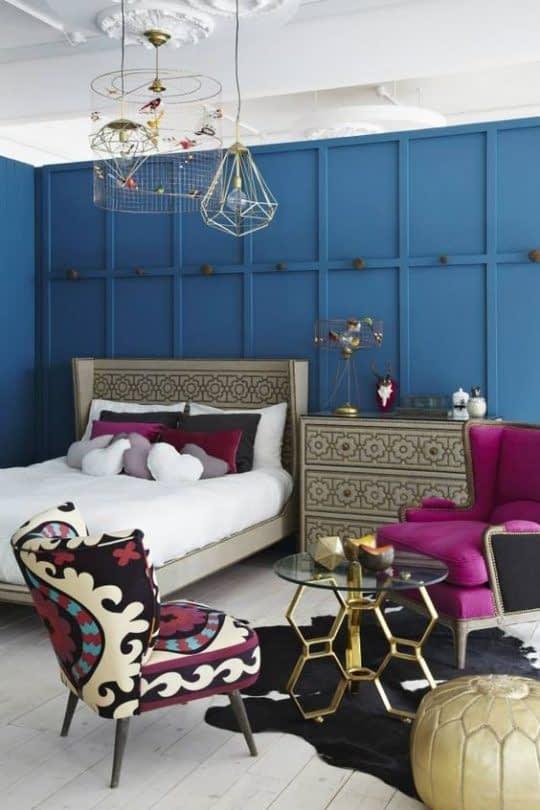اتاق خواب شیک و مدرن با مبلمان و اکسسوریهای بنفش