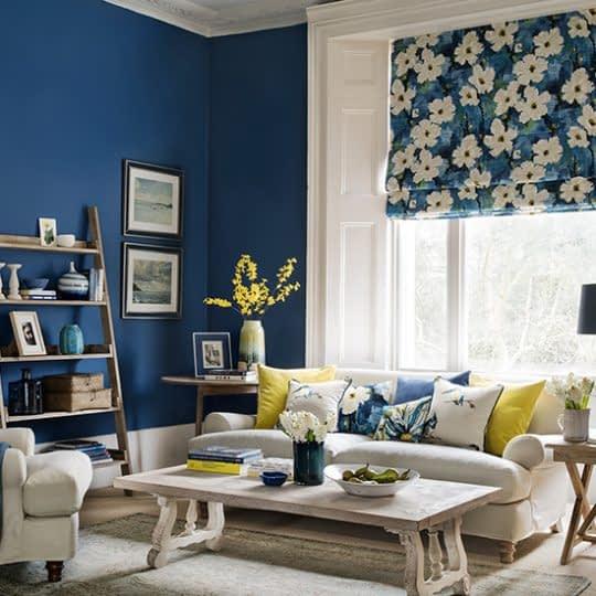اتاق نشیمنی زیبا و منحصر به فرد با ترکیب زیبای رنگ های تیره و روشن