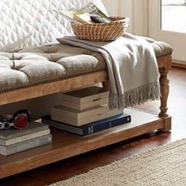 استفاده از نیمکت کنار تخت برای داشتن اتاق خواب مرتب و شیک