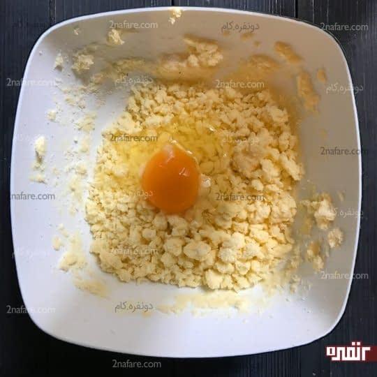 اضافه کردن تخ مرغ و وانیل