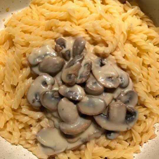 اضافه کردن سس قارچ به پاستا
