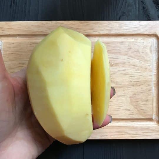 بریدن قسمت زیرین سیب زمینی
