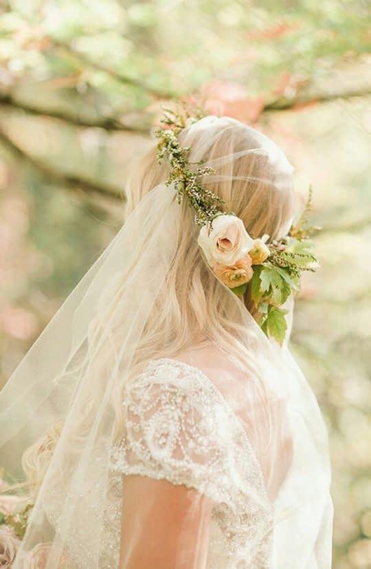 تاج گل طبیعی روی تور سر عروس