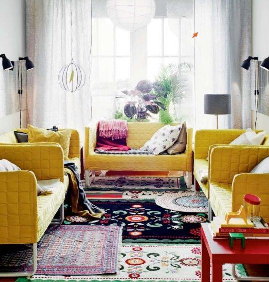 ترکیب چندین فرش زیبا در نشیمنی به سبک بوهو