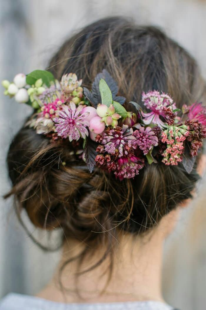 ست کردن گل طبیعی با مدل مو و لباس عروس