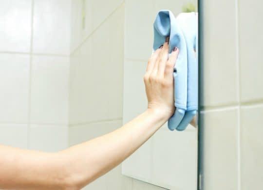 تمیز کردن آینه در سرویس بهداشتی