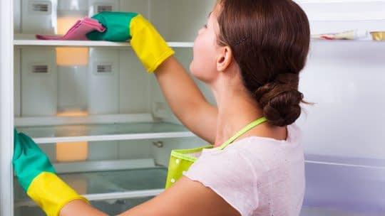 تمیز کردن یخچال برای جلوگیری از کپک ها