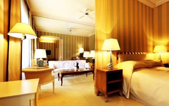 خانه ای روشن با نورهای گرم برای پذیرایی از مهمان
