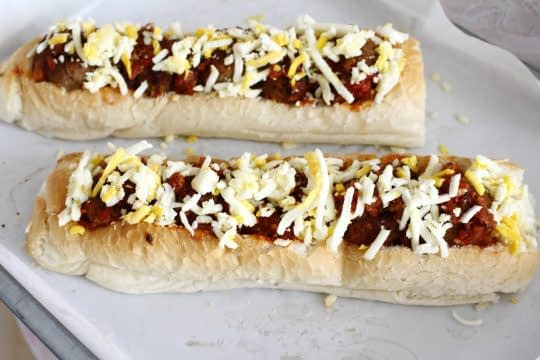 ریختن مابقی پنیر روی ساندویچ ها